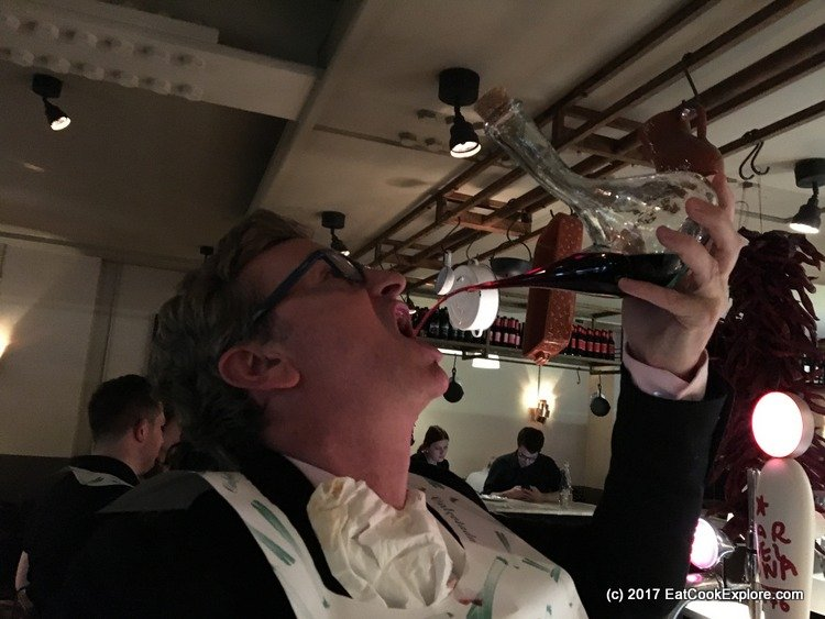 How to drink wine from a porró
