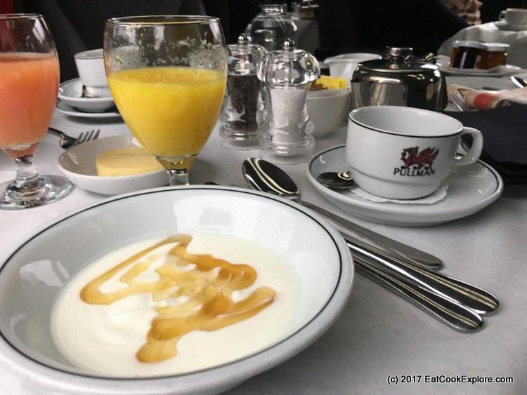 Yoghurt with honey to start